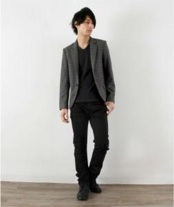 グレーのジャケット×黒パンツ