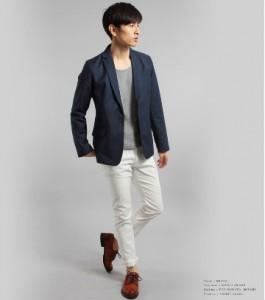 ネイビーのジャケット×白パンツ