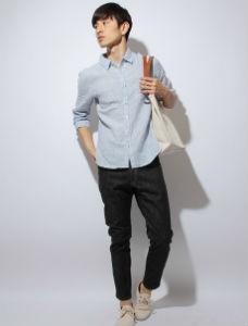 ライトブルーのシャツ×黒のチノパン