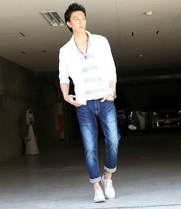 白のシャツ×ユーズドデニム