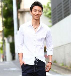 白シャツ×ハーフパンツ メンズ