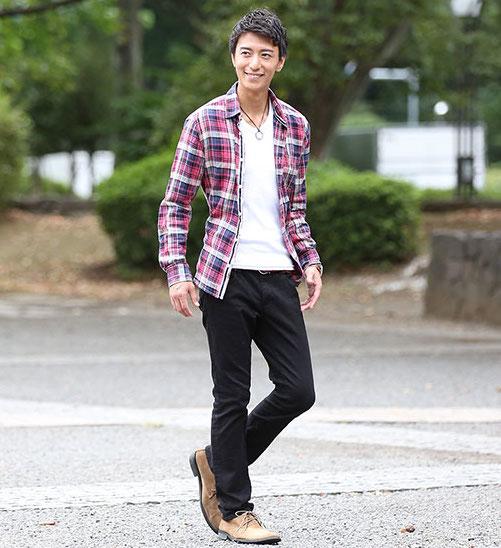 チェックシャツ×黒パンツ. メンズスタイル