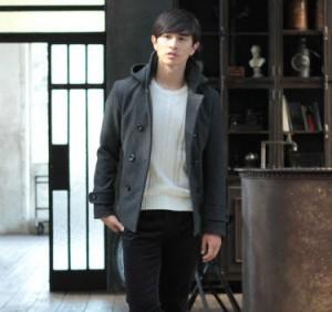 グレーのPコート 黒のスラックス