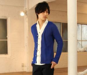 青のカーディガン×白シャツ×黒パンツ