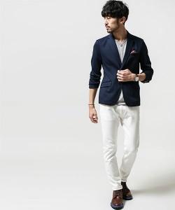 ネイビーのテーラードジャケット×白パンツ