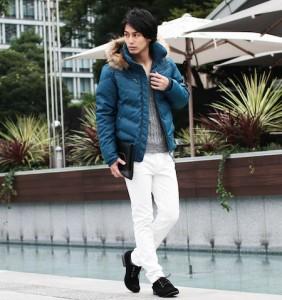 ブルーのダウンジャケット×白パンツ