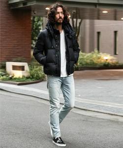 黒のダウンジャケット×スリムデニムパンツ
