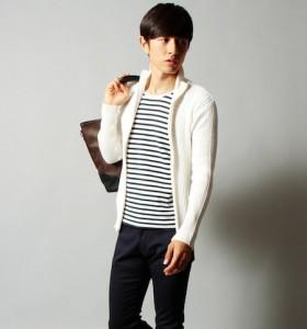 ボーダーTシャツ×白のニットアウター