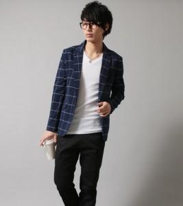 ウインドペーンジャケット×白のVネックTシャツ