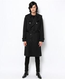 黒のダブルトレンチコート×ジョガーパンツ