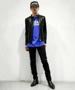 青Tシャツ×レザーライダース