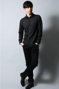 黒シャツ×黒パンツ