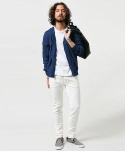 青のカーディガン×ホワイトパンツ
