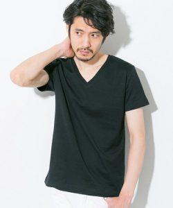 黒のVネックTシャツ