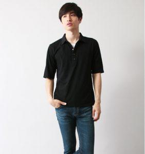 黒のポロシャツ×デニム