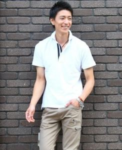 白のポロシャツ×ベージュのチノパン