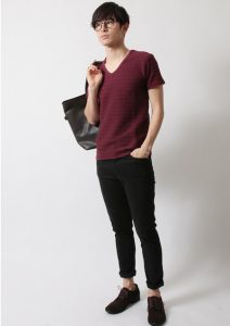 ワインレッドのTシャツ×黒のアンクルパンツ