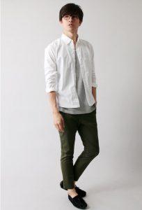白シャツ×カーキのカーゴパンツ