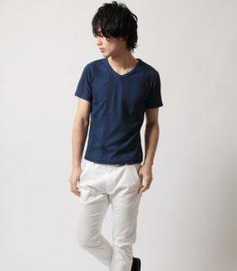 ブルーのTシャツ×白パンツ