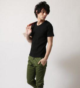 黒のVネックTシャツ メンズ