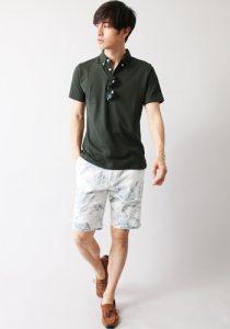 グリーンのポロシャツ×白のジャーフパンツ