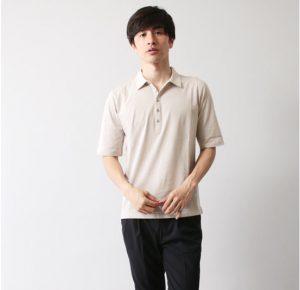 白のポロシャツ 夏