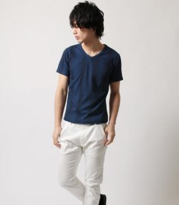 ネイビーのTシャツ×白パンツ