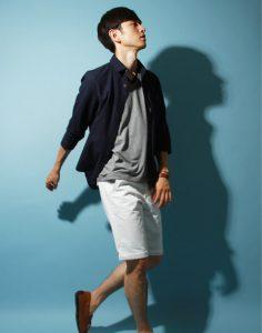 黒のリネンシャツ×ハーフパンツ