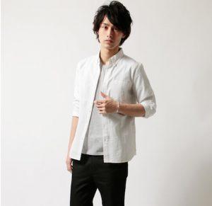 白の七分袖シャツ×黒のアンクルパンツ