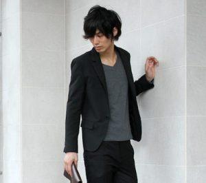 黒のテーラードジャケット コーデ