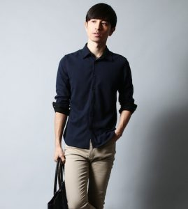 黒のシャツ 秋コーデ