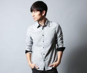 グレーのシャツ×黒のパンツ