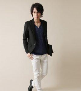 黒のテーラードジャケット×ネイビーのTシャツ