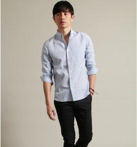ライトブルーのシャツ×黒のスラックス