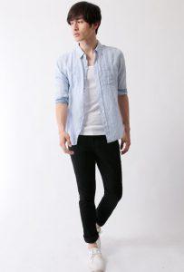 ライトブルーのリネンシャツ×黒のスキニーパンツ