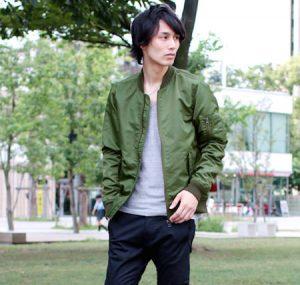 オリーブのMA1×グレーのVネックTシャツ