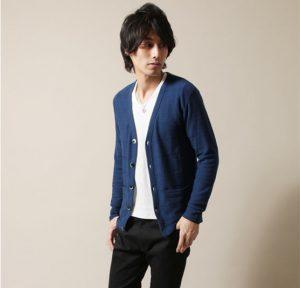 ライトブルーのカーディガン×白のTシャツ