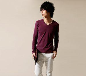 ワインレッドのTシャツ×白のパンツ