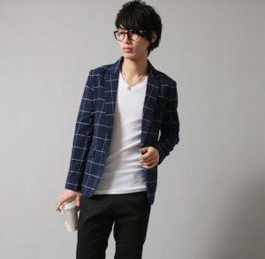 ネイビーのジャケット×黒のスキニーパンツ