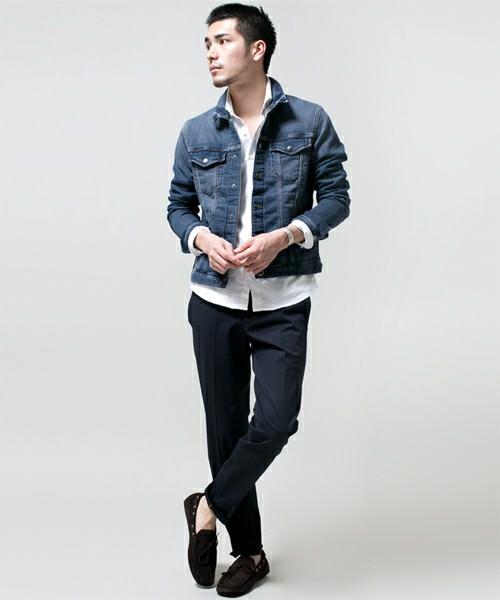 青のデニムジャケット×黒のスキニーパンツ