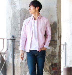 ピンクのシャツ×インディゴのジョガーデニム