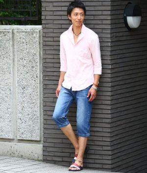 ピンクのリネンシャツ×デニムのクロップドパンツ