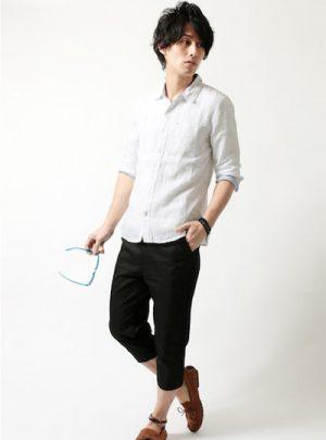 白の麻シャツ 流行の着こなし