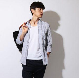 白のリネンシャツ×黒のハーフパンツ