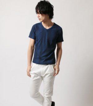 ネイビーのTシャツ×白色のパンツ