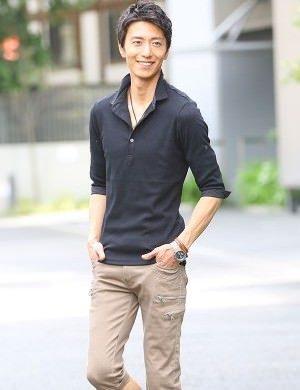 黒のポロシャツ×ベージュのハーフパンツ