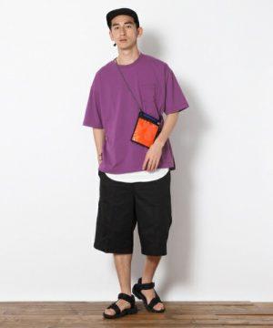 紫のTシャツ×黒のハーフパンツ
