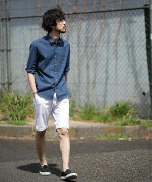 チェックシャツ×白のハーフパンツ