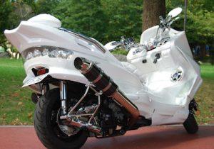 白のビッグスクーター
