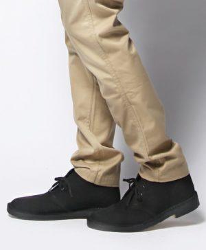 ベージュのチノパン×黒のブーツ